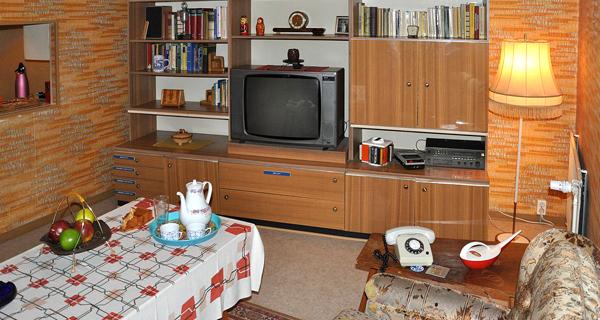 Typisches DDR-Wohnzimmer im DDR-Museum Berlin. Quelle: Wikipedia/User:FA2010, gemeinfrei.