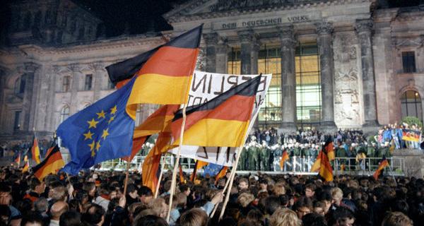 Feier zur Deutschen Einheit in der Nacht zum 3.10.1990 in Berlin vor dem Reichstagsgebäude. Foto: dpa picture alliance / Wolfgang Kumm.
