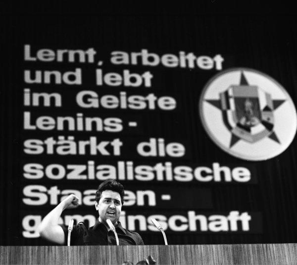 Günther Jahn, Erster Sekretär des Zentralrats der FDJ, hält eine Rede in Potsdam. Quelle: dpa picture alliance / ddrbildarchiv / Lothar Willmann.