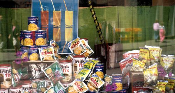 """Das Schaufenster eines """"Delikat""""-Ladens in Bad Doberan, 1988. Quelle: LMZ. Fotograf: Jörg Holzwarth."""