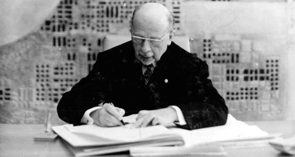 1968: Walter Ulbricht unterzeichnet die neue Verfassung der DDR. Quelle: Bundesarchiv, Bild 183-G0408-0032-001 / Junge, Peter Heinz / CC-BY-SA 3.0.