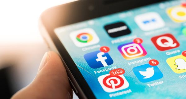 Social Media App Icons auf einem Smartphone. Foto: Photo by Viktor Hanacek, picjumbo.com.
