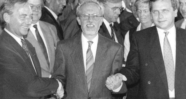 Händedruck der Verhandlungsführer  Günther Krause (Staatssekretär DDR), Lothar de Maizière  (Ministerpräsident DDR), Wolfgang Schäuble (Bundesinnenminister, BRD). Foto: Bundesarchiv, Bild 183-1990-0831-031 / Settnik, Bernd / CC-BY-SA 3.0