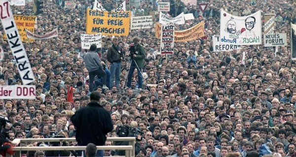 Demonstrierende auf dem Berliner Alexanderplatz.